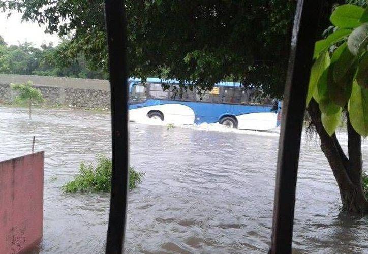 Los operadores buscan vías alternas para sortear las calles inundadas. (Linderman Dominguez/Facebook)