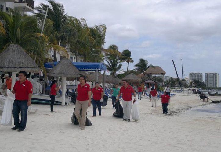 Alrededor de 40 personas participaron en la limpieza de playas. (Tomás Álvarez/SIPSE)