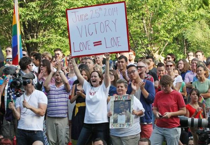 Varias personas manifestaron su júbilo al conocer la decisión del juez de calificar de inconstitucional la prohibición al matrimonio homosexual, en Denver, Colorado. (Foto: AP)