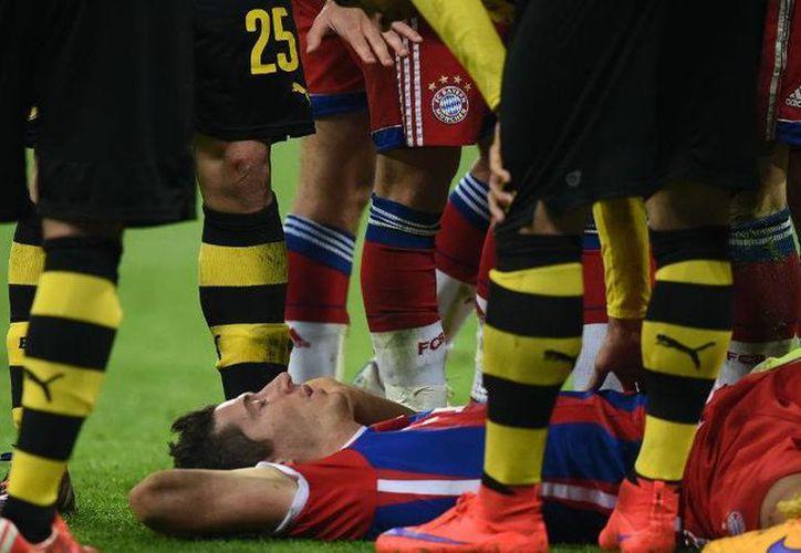 Robert Lewandowski, de Bayern, quedó conmocionado en la final de la Copa de Alemania. Podría reaparecer en la semifinal de Champions League contra Barza, pero con una máscara. (trome.pe)