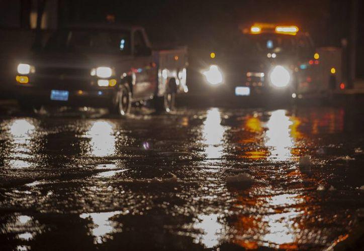 Burbujas de agua en una calle de Los Ángeles después de la serie de sismos que sacudieron el área. (Agencias)