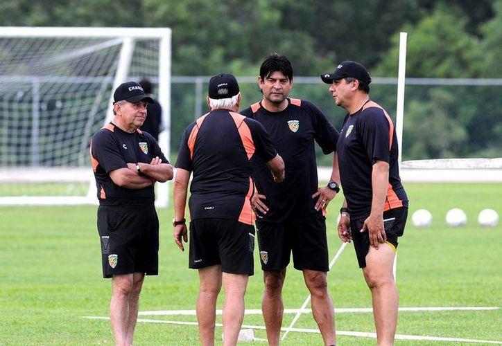 El DT José Saturnino Cardozo (de frente) fue destituido de su cargo en Jaguares de Chiapas. (Archivo/NTX)