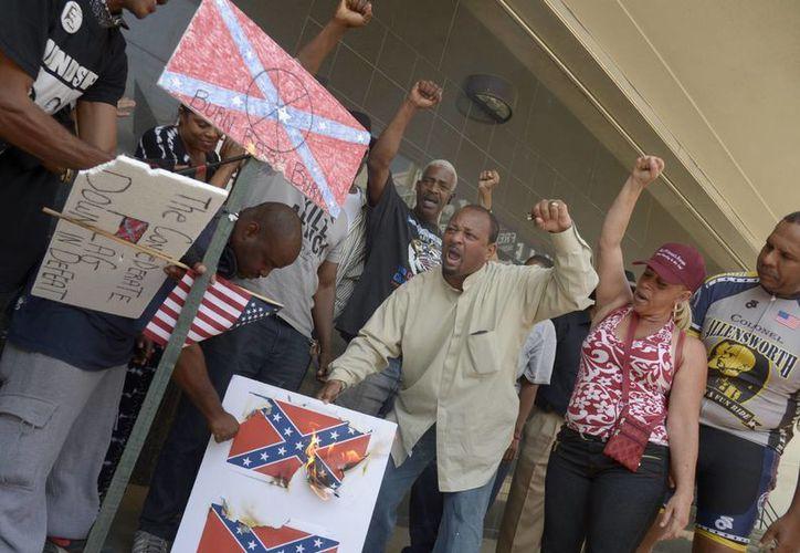 La semana pasada, un joven atacó una iglesia de afroamericanos en Charleston matando a nueve personas. El hecho levantó un amplio debate sobre la bandera confederada y su vinculación al racismo que todavía persiste en el país. (EFE)