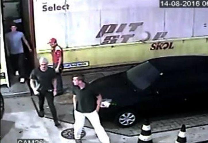 Las cámaras de la gasolinera muestran a los nadadores en el lugar donde supuestamente fueron asaltados. (TMZ)