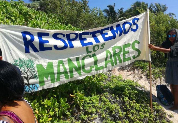 Ambientalistas han realizado manifestaciones contra el proyecto hotelero. (Adrián Barreto/SIPSE)