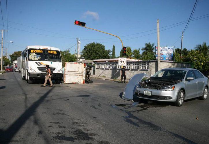 Un autobús, una camioneta y un auto, involucrados en una colisión múltiple en San Vicente Chuburná. (Jorge Sosa/SIPSE)