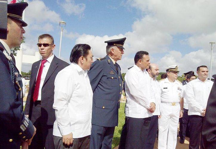 El General Salvador Cienfuegos Zepeda (en medio) estuvo acompañado por  Marco Celis Quintal y Rolando Zapata Bello, entre otros, al corte del listón del parque temático del Ejército Nacional. (Milenio Novedades)