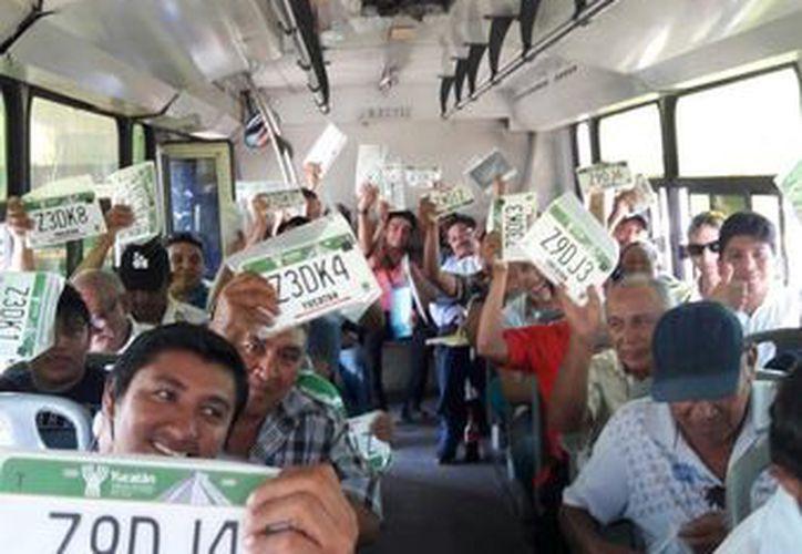 La SSP transporta a dueños de vehículos del interior del Estado a Mérida para que puedan hacer su canje de placas. El servicio de transporte es gratis. (Cortesía SSP)