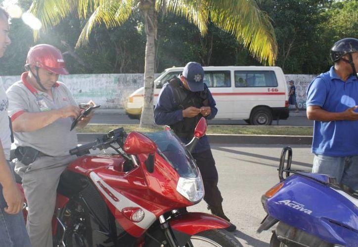 La Subdirección de Tránsito realiza operativos de revisión de documentos a conductores en Cozumel. (Gustavo Villegas/SIPSE)