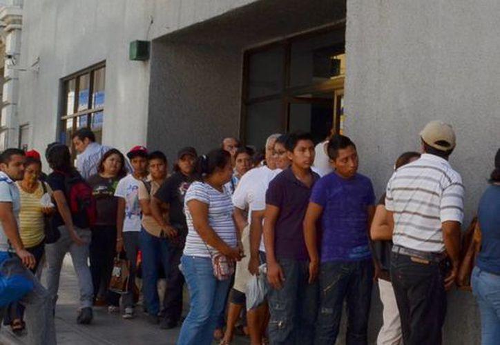 Hoy se esperan largas colas en los bancos por el asueto que tendrán mañana los empleados de esas instituciones. (SIPSE)