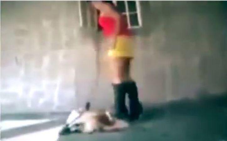 La mujer golpeó al can en varias ocasiones, con sus botas de tacón. (Foto: Redacción)