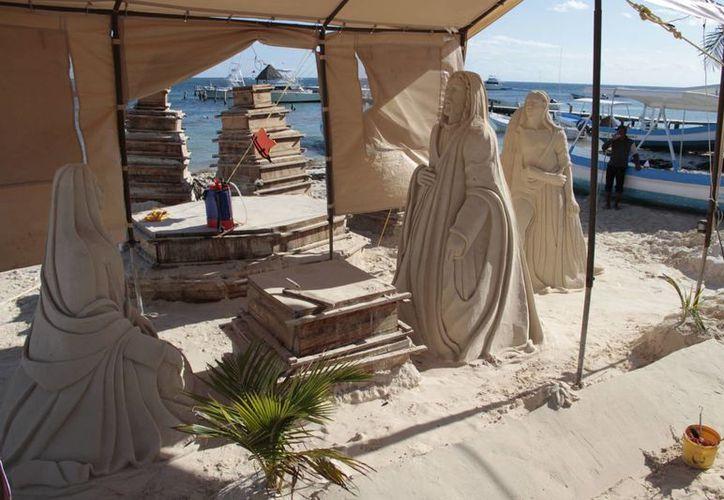 Realizan un nacimiento con arena en la playa. (Tomás Álvarez/SIPSE)