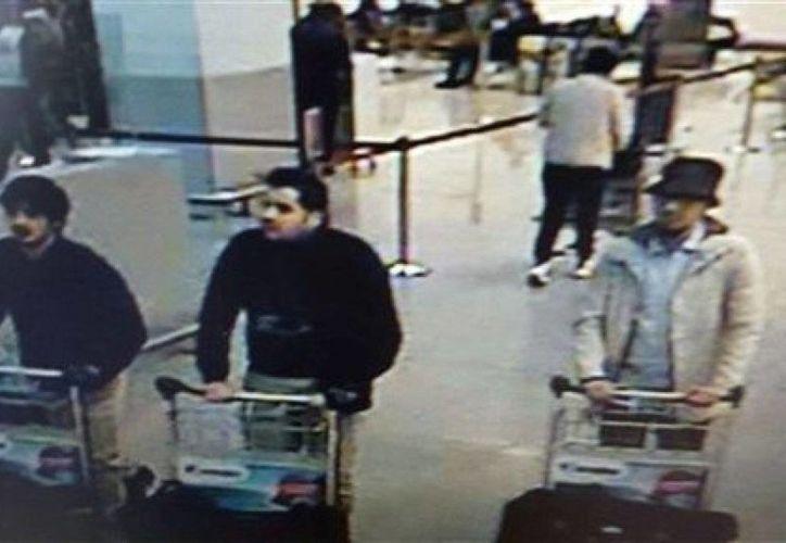 La policía federal belga emitió una orden de búsqueda para uno de los sospechosos: un hombre con un espeso abrigo color claro, un sombrero negro y anteojos. (Agencias)