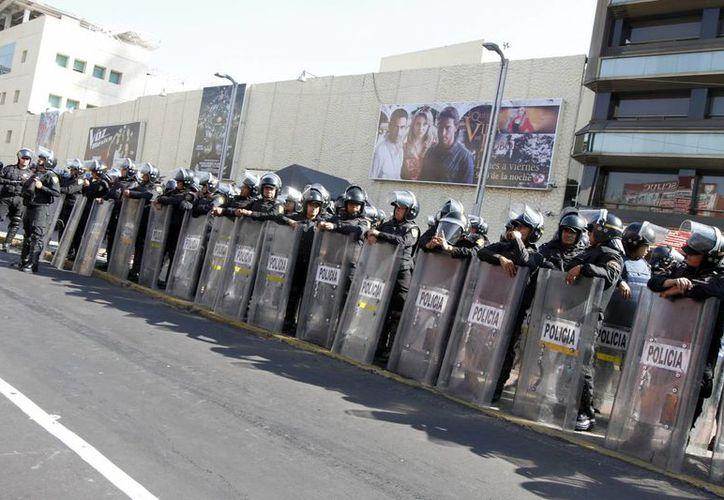 Policías resguardan las instalaciones de Televisa Chapultepec, luego de los manifestantes enfilaran hacia ese lugar. (Notimex)
