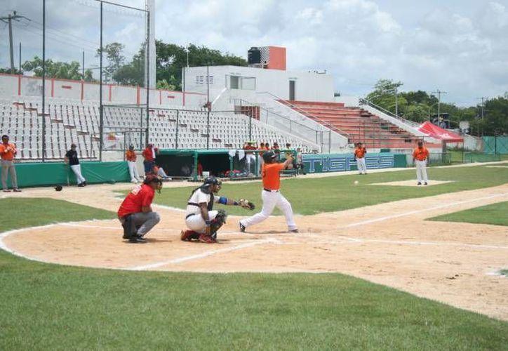 El equipo Butrón, inicia con el primer lugar, y con la etiqueta de invictos en el segundo, se encuentran los Guerreros. (Alberto Aguilar/SIPSE)