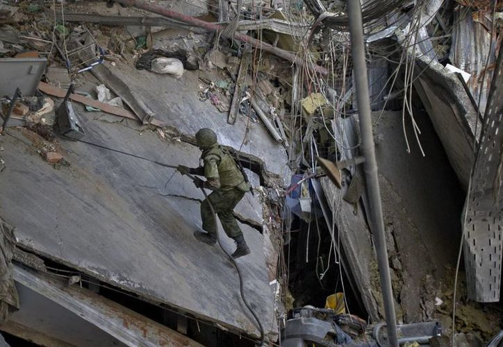 Separatistas respaldados por Rusia y tropas ucranianas han batallado regularmente por el aeropuerto de Donetsk desde mayo. (Agencias)