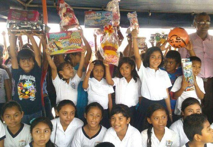 La familia de las menores desde hace cuatro años dona juguetes. (Paloma Wong/SIPSE)