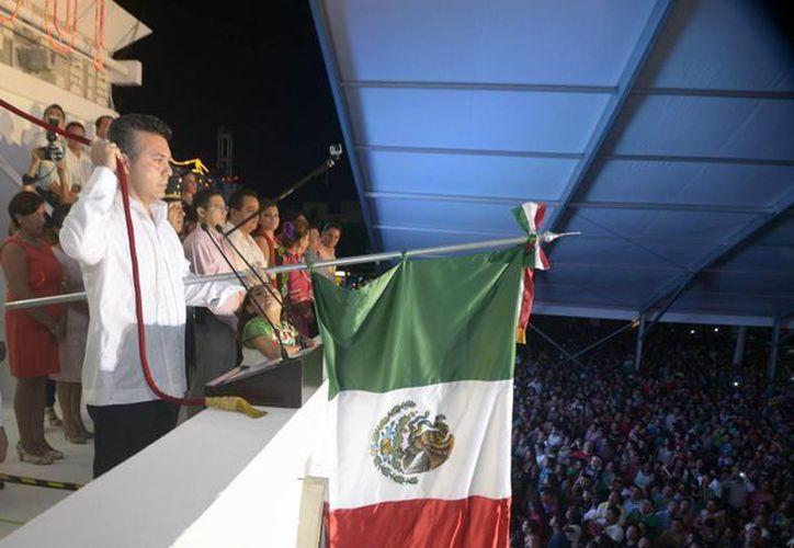 El presidente municipal de Solidaridad, Mauricio Góngora, encabezó la ceremonia del Grito de Independencia ante más de 20 mil asistentes.  (Redacción/SIPSE)