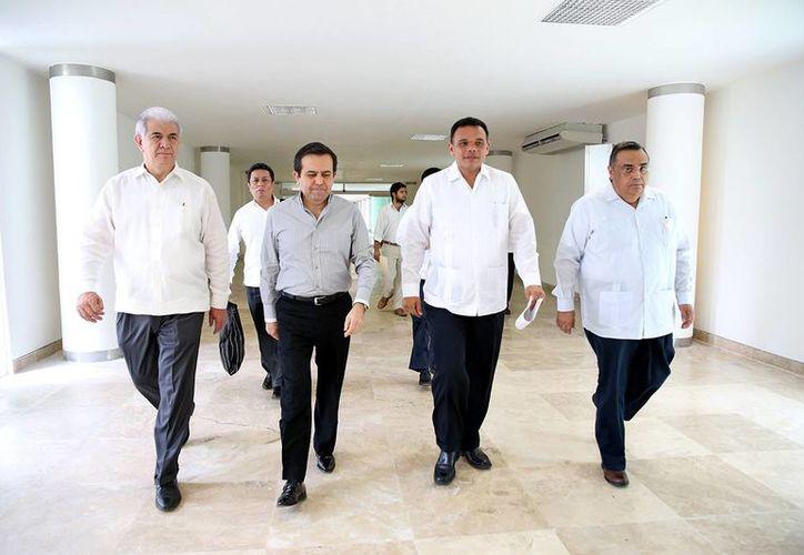 El Secretario de Economía acompañado del Gobernador de Yucatán a su llegada a Mérida. (Milenio Novedades)