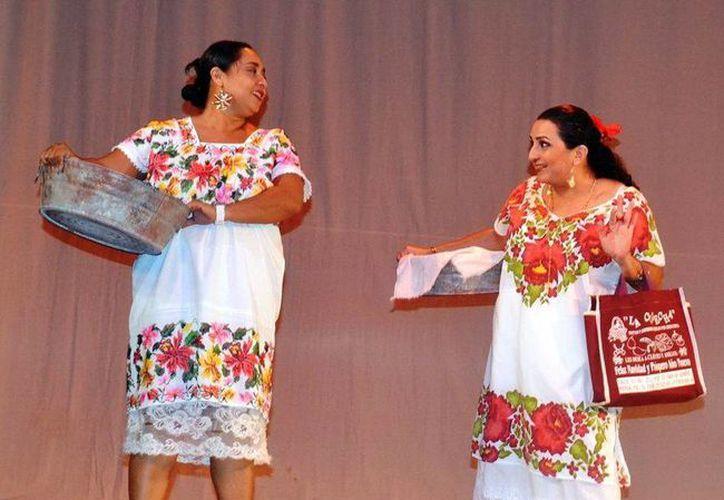 La obra teatral 'Las Puruxonas de Dzemul' gira en torno a unas vendedores de comida chatarra que dejan de comer ante las campañas contra la obesidad infantil. (Milenio Novedades)