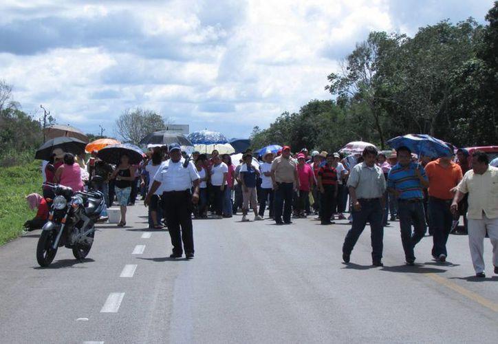 Maestros obstruyeron la carretera federal 307, cerca del kilómetro 128. (Manuel Salazar/SIPSE)