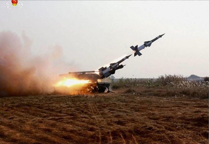 Fotografía facilitada por el periódico norcoreano Rodong Sinmun que muestra unas maniobras de tiro con un lanzacohetes en Corea del Norte. (EFE)
