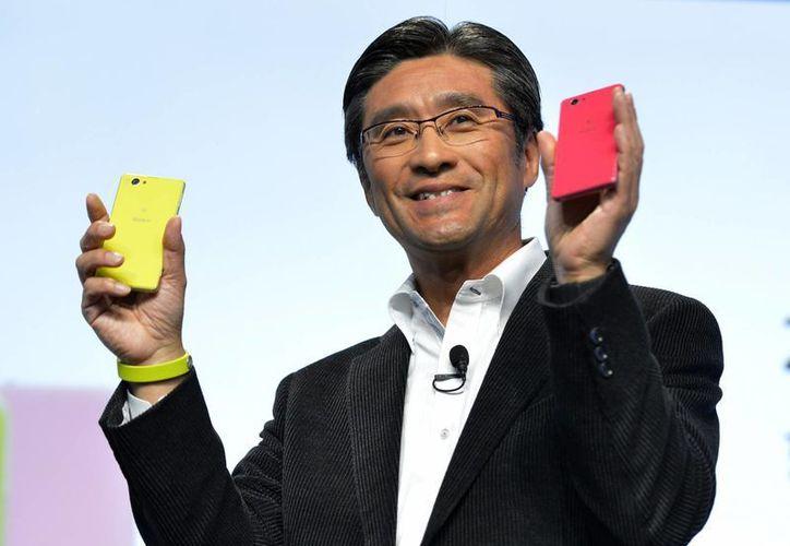 """Ravi Nookala, presidente de la división de comunicaciones móviles de Sony en Estados Unidos, dijo que el dispositivo es ideal para """"personas activas que toman muchas fotos y que van a piscinas o salen bajo la lluvia"""". (Agencias)"""