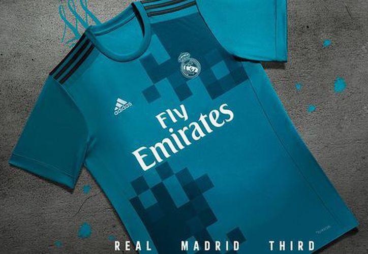 El Real Madrid afirmó que esta camiseta combina un estilo clásico y liso. (realmadrid.com).