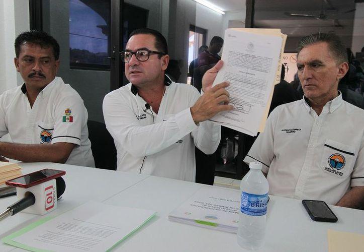 Con papel en mano Miguel Alonso demuestra que los malos manejos no fueron en su administración. (foto: Gustavo Villegas)