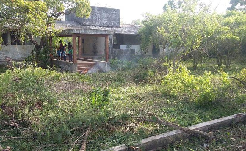 La población local ayudó a limpiar el área para que las autoridades puedan realizar un recorrido. (Juan Rodríguez / SIPSE)