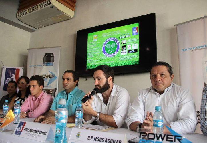 Mariano Gombi (centro), habla sobre el torneo que albergará el club de golf Yucatán 'La Ceiba', a partir de la siguiente semana. (Jorge Acosta/SIPSE)