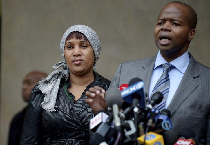 Nafissatou Diallo y uno de sus abogados a la salida de los tribunales del Bronx, Nueva York. (EFE)