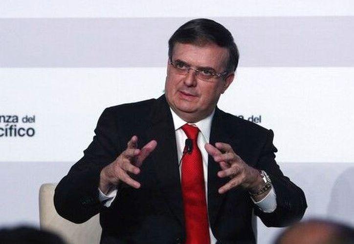 El secretario de Relaciones Exteriores, Marcelo Ebrard Casaubón, y el vicepresidente de la Corporación para la Inversión Privada en el Extranjero (OPIC), Ryan Brennan, firmaron dos cartas de intención. (AP/Martin Mejia)