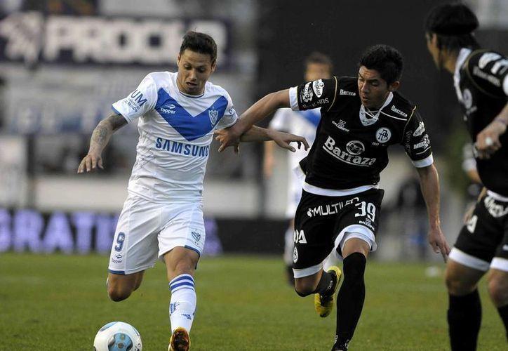 Los Tuzos de Pachuca sostienen pláticas con el delantero argentino Mauro Zárate (i) para reforzarse con él. La foto corresponde a 2014. (futboltotal.com.mx)