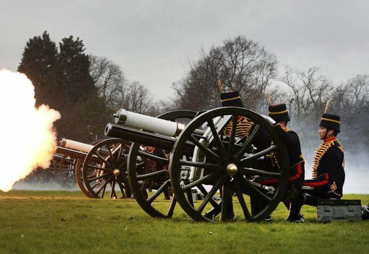 Miembros de la Artillería Montada disparan un cañón durante una ceremonia celebrada con motivo del 62 aniversario en el trono de la reina Isabel II en Hyde Park, en Londres, Reino Unido. (EFE)