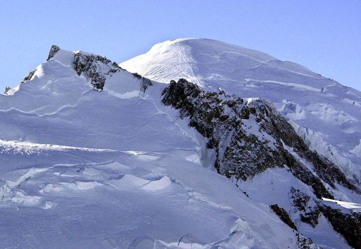 Foto de archivo del 19 de febrero de 2003, del Mont Blanc, donde seis alpinistas murieron y otro más estaba desaparecido este miércoles. (AP Foto archivo/Patrick Gardin)