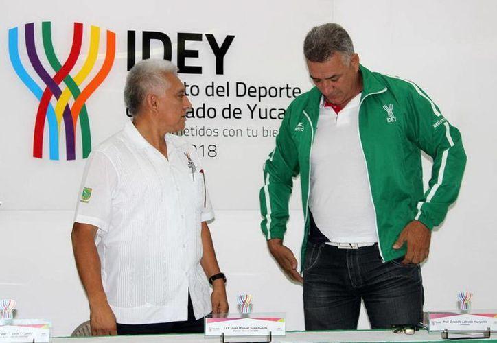El entrenador cubano de canotaje Oswaldo Labrada Ybargollín (der) es el nuevo líder en canotaje en Yucatán. (Milenio Novedades)