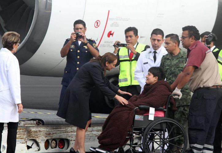 Imagen de la secretaria de Relaciones Exteriores, Claudia Ruiz Massieu, al llegar a la Ciudad de México con los turistas heridos Egipto. (Notimex)