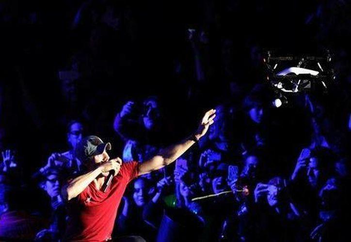 El intérprete quiso atrapar el dron que tomaba fotos de sus seguidores durante el concierto que ofreció el pasado fin de semana en Tijuana, BC, México.  (EFE)