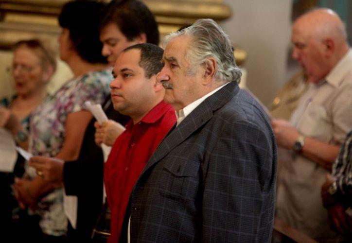 Mujica, de saco negro, no es muy afecto a protocolos ni ceremonias. (EFE)