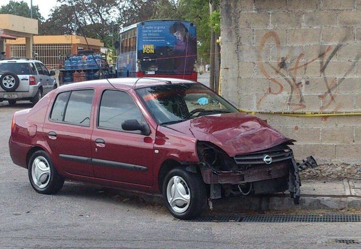 Un estudiante de la Universidad Tecnológica Metropolitana murió en un accidente de tránsito luego de que un compacto (foto) fuera impactado por un autobús en la colonia Nueva Chichén Itzá. (Foto: José Acosta/Milenio Novedades)