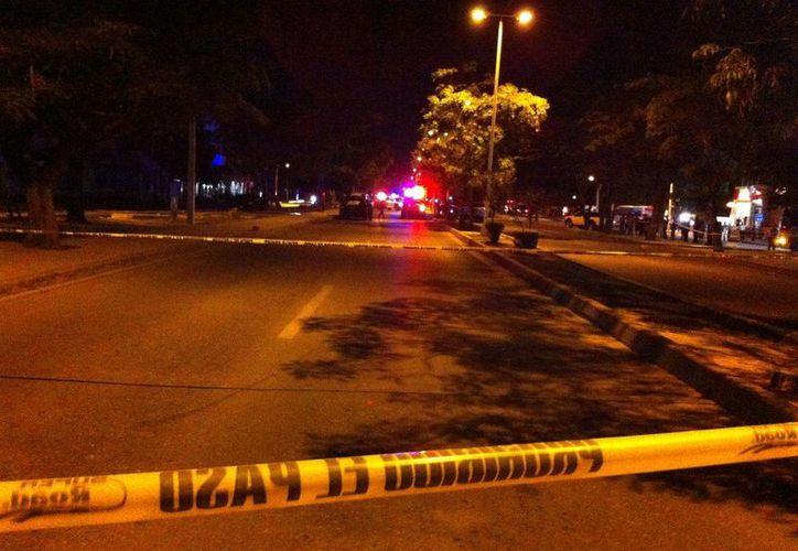 Durante la balacera ocurrida el sábado en la Av. Tulum de Cancún, murió una persona. (Redacción/SIPSE)