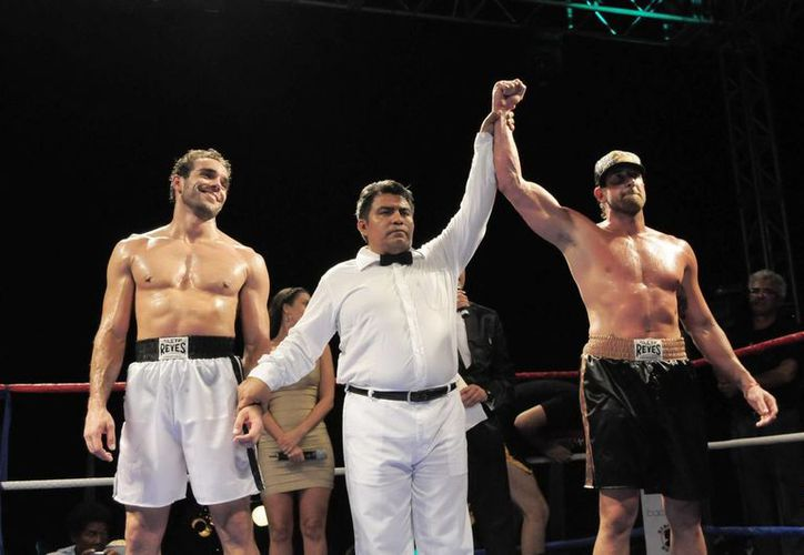 Por decisión unánime, los jueces dieron el triunfo a Gabriel Soto (d) en el encuentro que sostuvo contra el actor Marcus Ornellas. (Notimex)