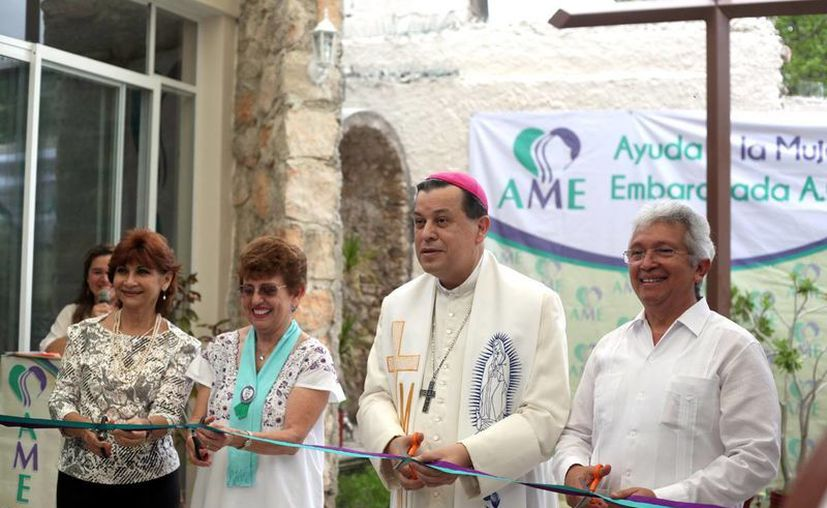 Mons. Gustavo Rodríguez Vega bendijo las instalaciones de 'Ayuda a la Mujer Embarazada'. (Milenio Novedades/Amílcar Rodríguez)