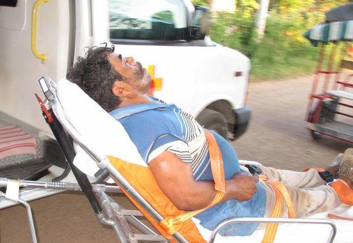Paramédicos de la Cruz Roja trasladan a un hospital a Antonio Valle Castro, quien resultó intoxicado con el 'agua purificada'. (SIPSE)