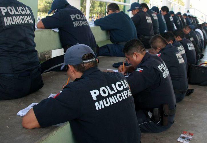 Policías municipales aprobaron el examen de bachillerato. (Julián Miranda/SIPSE)