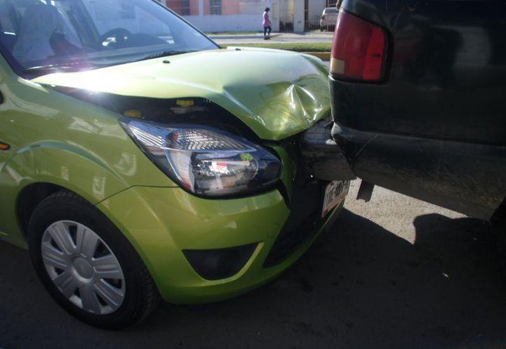Los daños del Ford Fiesta fueron valuados en 20 mil pesos, ya que sufrió afectaciones en la defensa del cofre y en la parte motor, mientras que la camioneta sólo registró daños menores en la defensa. (Redacción/SIPSE)