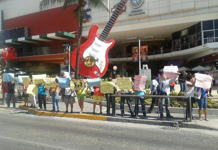 Los maestros ocupan la zona de la disco Coco Bongo y la plaza Forum; no planean obstruir la vialidad. (Teresa Pérez/SIPSE)