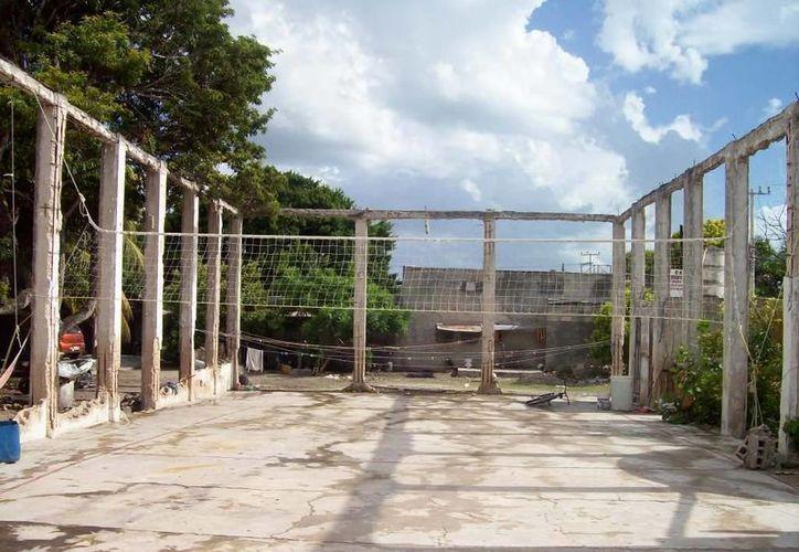 Este lugar era un cine en Celestún, ahí se reportan presencias fantasmales. (Jorge Moreno/SIPSE)