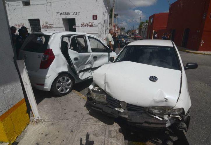"""Fuerte colisión tuvo lugar en la esquina del bar """"Excélsior"""". (Cuauhtémoc Moreno/SIPSE)"""
